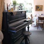 Im Gastraum steht ein Klavier.